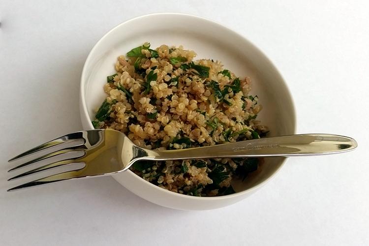 Sałatka z komosy ryżowej i tuńczyka